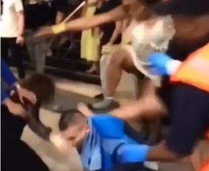 什么仇怨活久见!英国四女围殴少年 19岁少年眼窝和脸都被打伤了