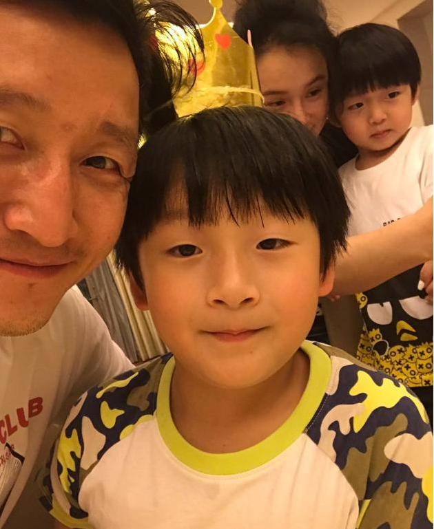 邹市明为轩轩庆祝7岁生日 冉莹颖献吻弟弟皓皓专心吃饭