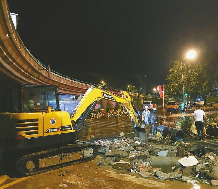 水管爆裂淹路面 工人雨夜抢修 争取当日17点前修复