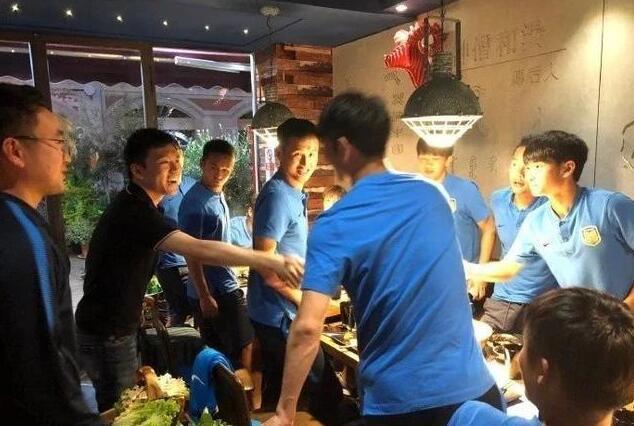 男足饮食遭曝光 训练完吃着火锅唱着歌 怪不得进不了球