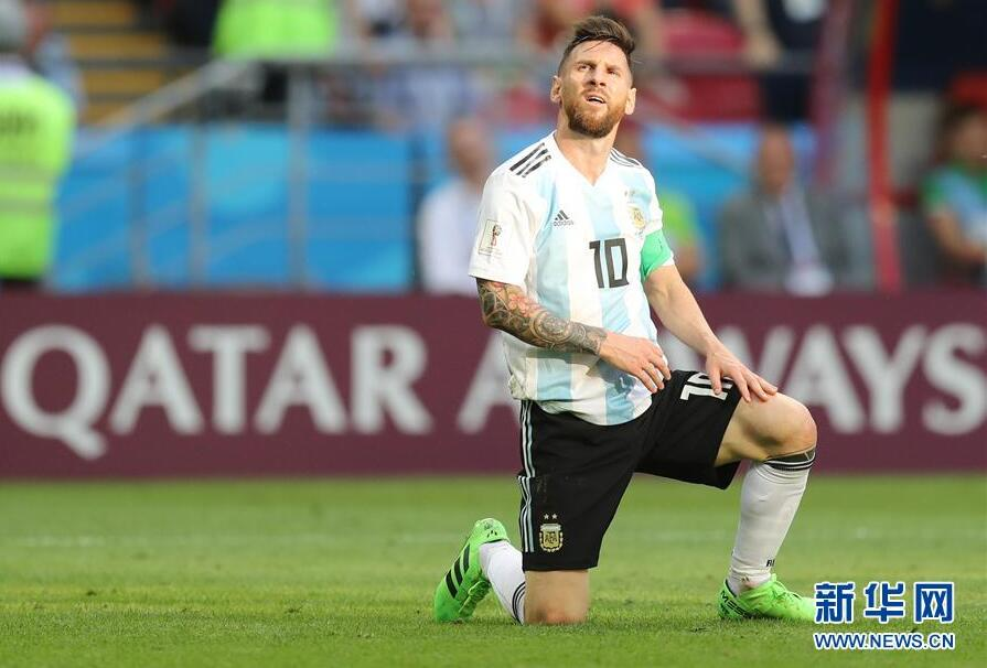 这就是足球人生!梅西头顶草坪跪地 梅西第100粒进球难转阿根廷败局