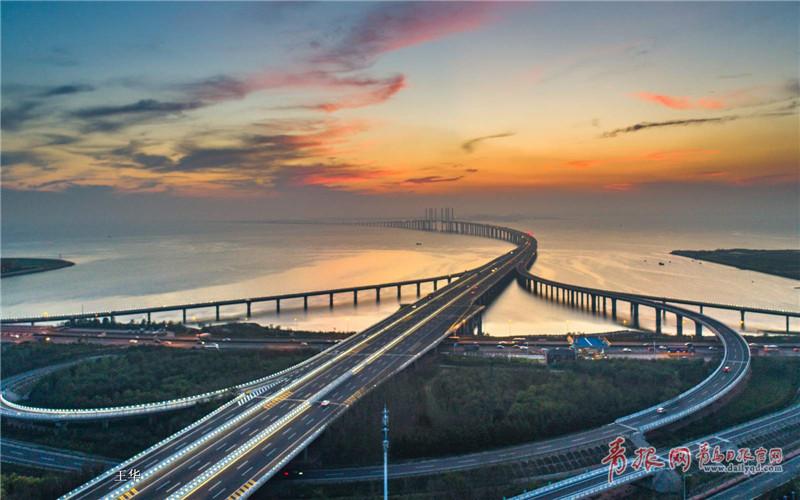 航拍跨海大桥火烧云 霞光旖旎场面唯美壮观