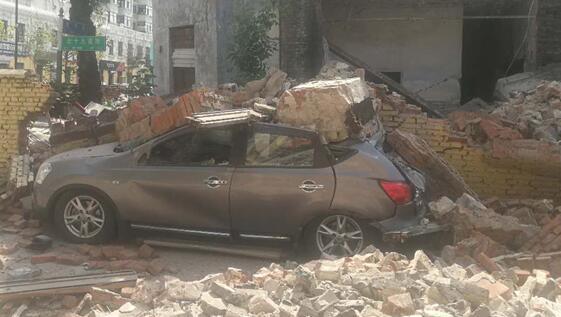 突发!哈尔滨老楼坍塌 老楼年久失修一侧墙体坍塌砸中轿车