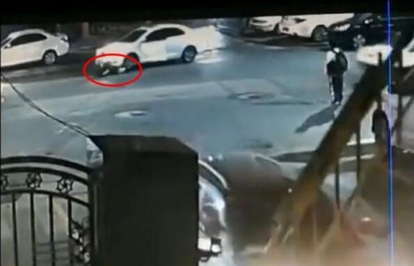 匪夷所思?自己开车碾压自己 女司机再次打破人们的认知