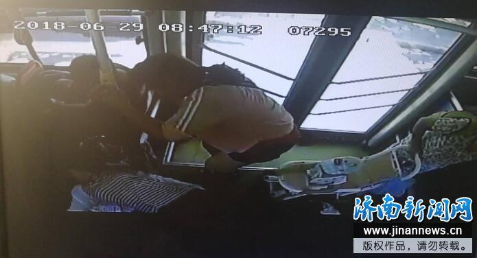 济南热心公交司机急伸手,救助患病年轻女士