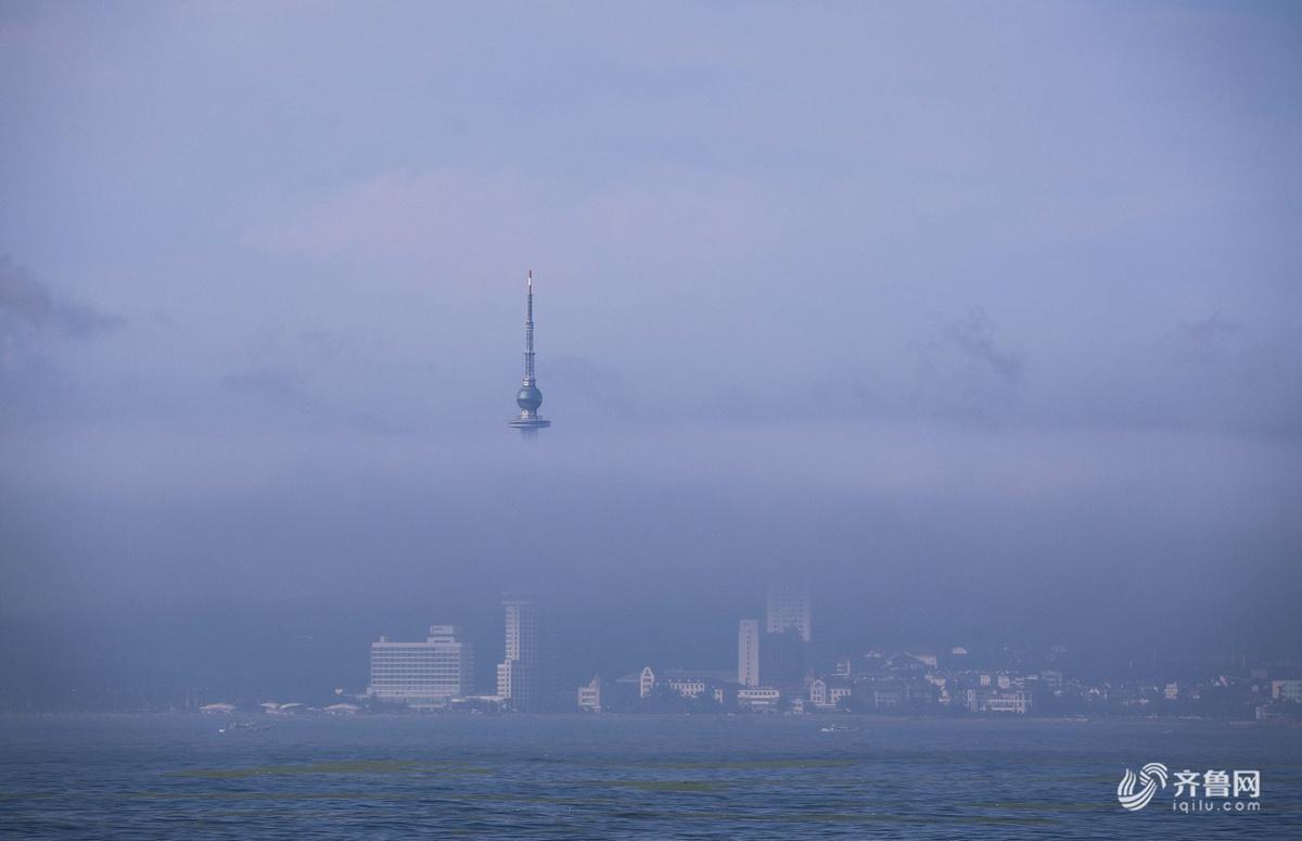 青岛再现平流雾缠绕 若即若离堪比仙境