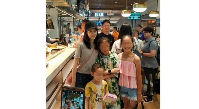 章泽天素颜逛超市 刘强东相伴秀恩爱 奶茶妹妹素颜也很美呦
