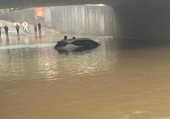 河南漯河:索赔需要暴雨证明 大水淹轿车车主在车顶坐了一夜