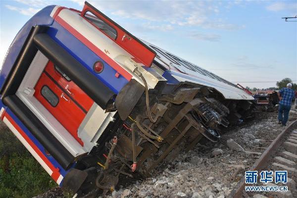 土耳其火车脱轨 事故造成10人死亡