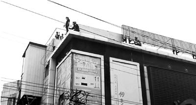 北京通州:消防员徒手救下轻生女 围观人群爆发出欢呼声