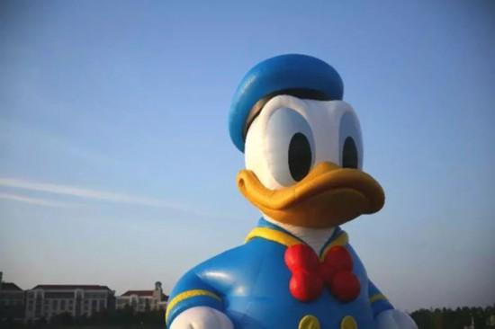 """上海迪士尼现11米巨型唐老鸭 可以脑补""""图片"""