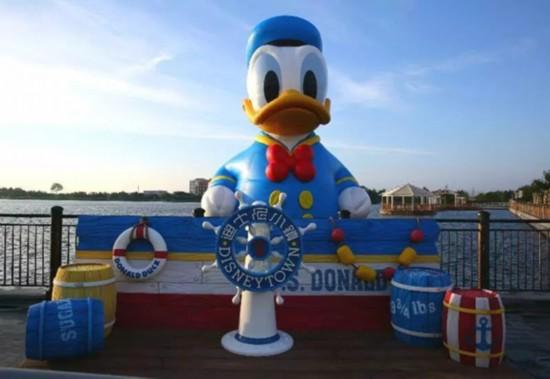 """(图片来自上海发布) 原标题:迪士尼巨型唐老鸭 11米高唐老鸭""""游""""进图片"""