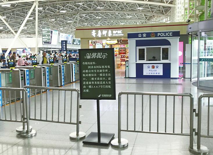 济南国际机场航站楼二楼禁出 乘客负重爬台阶乘车心好累