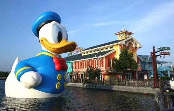 迪士尼巨型唐老鸭亮相世纪公园 镜天湖游来一只鸭图片
