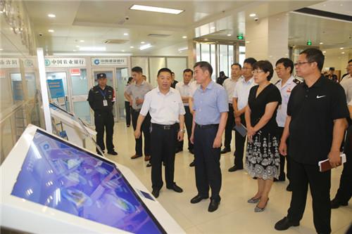 马玉星同志调研区政务服务中心工作