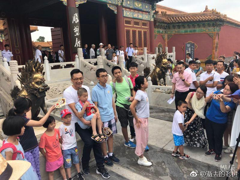 网友故宫偶遇刘烨 铜狮子金麒麟都不如火华社社长吸引人!