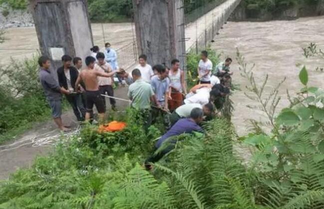 怒江拍照失足坠崖游客被成功救下 拍照时不慎失足跌落悬崖
