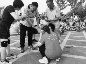 沧州公园现救人最美抱姿 女护士抱住心脏病人打急救电话