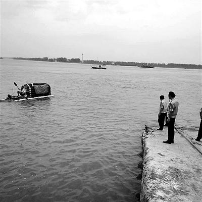 木板加PVC管就想横渡大江?广西男子自制木排欲漂北京 最终在江西被阻止
