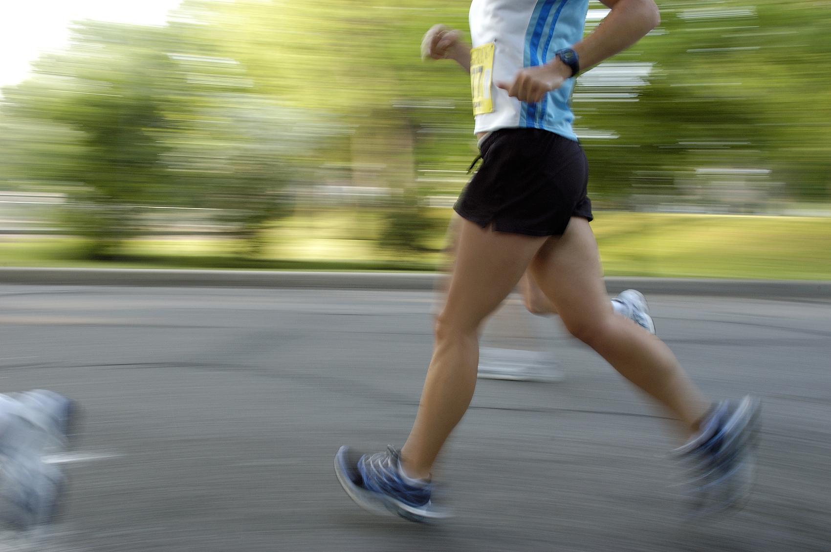久蹲深蹲易伤膝关节  健步走每天6000步就够