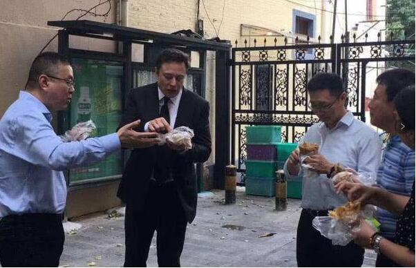 """马斯克街头吃煎饼果子 特斯拉老总吃""""东方美食""""不亦乐乎"""
