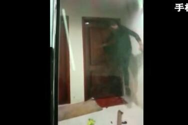 太吓人了!暴力催债视频流出 两名男子上门苏宁物流加盟代理恐吓持钢管踹门
