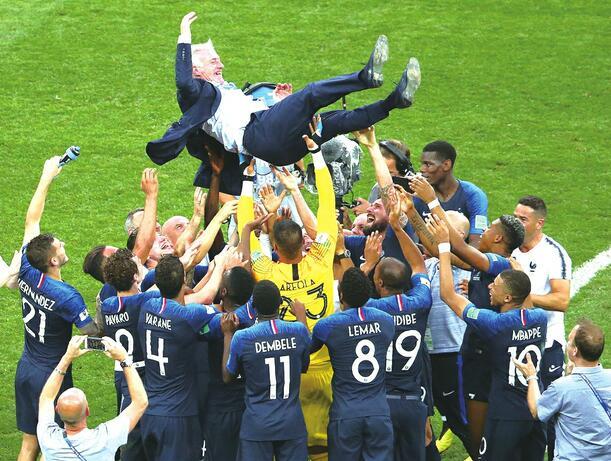 雄鸡唱晓!法国世界杯冠军 法国队时隔20年再捧杯