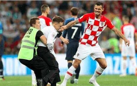 潇洒走一回?四名球迷冲进球场 网友:法国突围受阻球迷坐不住了