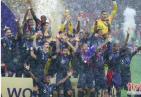 平添几分传奇色彩!世界杯颁奖下暴雨 瓢泼大雨中嘉宾们为法国队颁奖