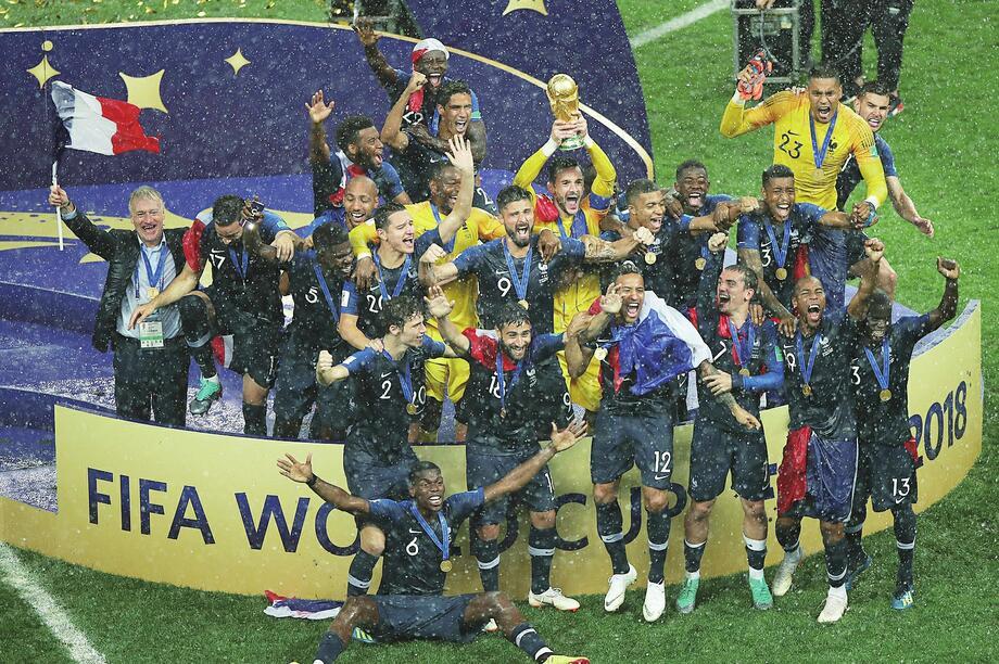 莫斯科没有眼泪?世界杯颁奖下暴雨