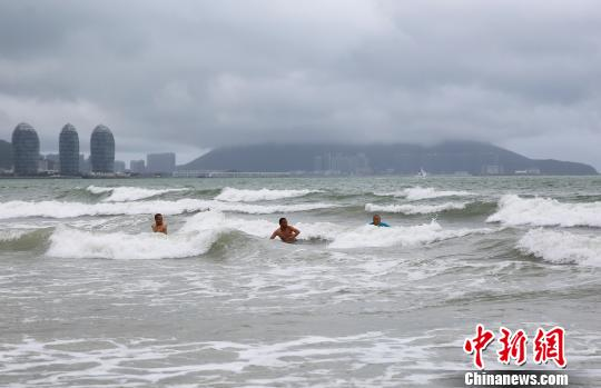 """台风""""山神""""横穿海南 游客不惧..."""