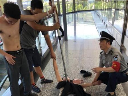 中国版釜山行!女子轻轨咬伤乘客 因感情问题情绪失控脱光衣服舔血迹