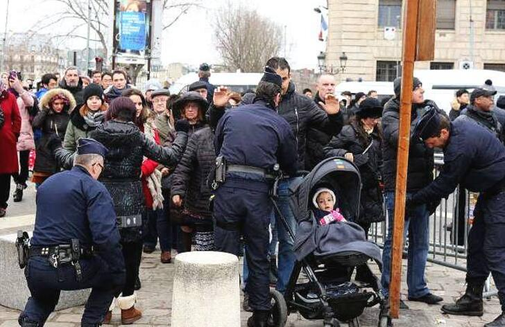 法国马赛:子弹打进幼儿园 猖獗毒贩与警方火拼冲锋枪子弹打入园区