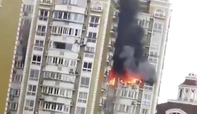 杭州萧山高层起火13楼烈火雄雄  5辆消防车用1小时将火扑灭