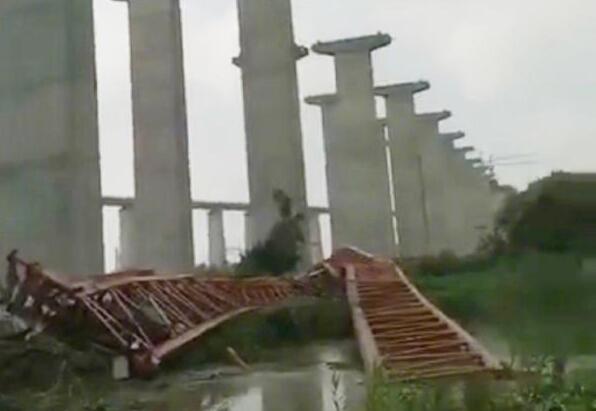 沪通大桥施工事故 驾桥作业车在行驶过程中坠落 有伤亡