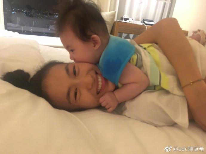 新浪微博截图 原标题:陈冠希晒女儿睡颜 粉丝们直呼:看到这小可爱心都