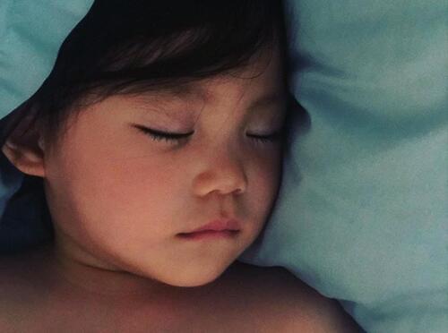 像爸爸还是像妈妈?陈冠希晒女儿睡颜