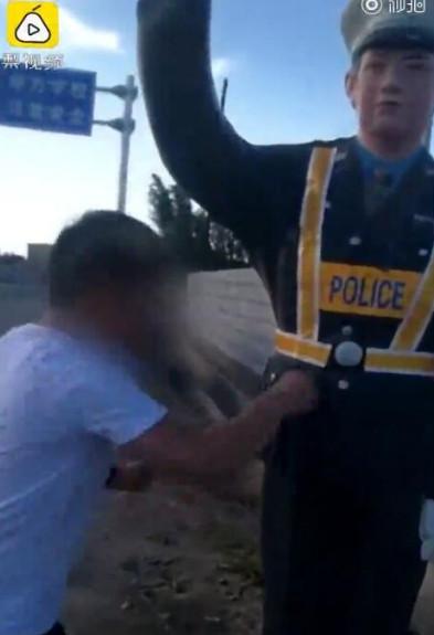酒壮怂人胆?男子踢打仿真交警 因寻衅滋事已被依法行政拘留