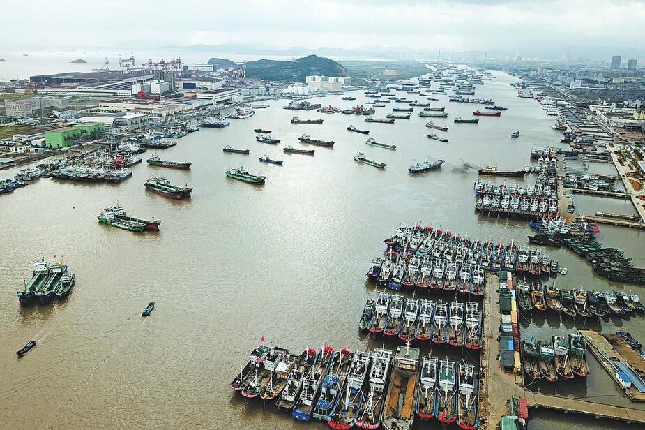 """浙江舟山:台风""""安比""""逼近 大批渔船进港避风"""