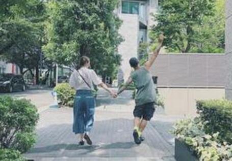 余文乐牵手妻子王棠云 网友羡慕...