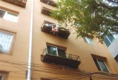 真相惊人!跳楼悬挂四楼花台 目击者讲述事件始末还原经过