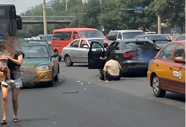 北京西城阜外:奥迪撞飞出租司机 出租司机钢管砸奥迪