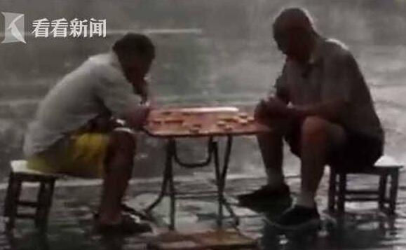 诠释棋魂的终极奥义!俩大爷暴雨中下棋 象棋界最强对决