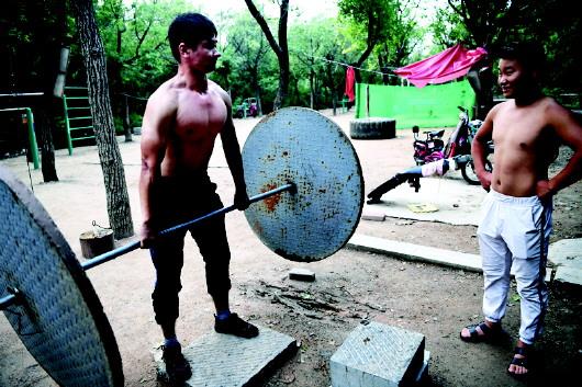 济南英雄山上有个DIY的露天健身房