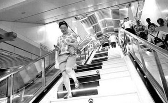 西安地铁三号线:钢琴楼梯被霸占 比起扶梯乘客更愿意走楼梯楼梯