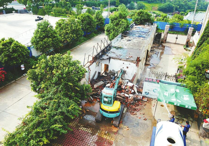 金鸡岭一处违建被依法拆除 8月12日还将再拆3处侵占山体的违建