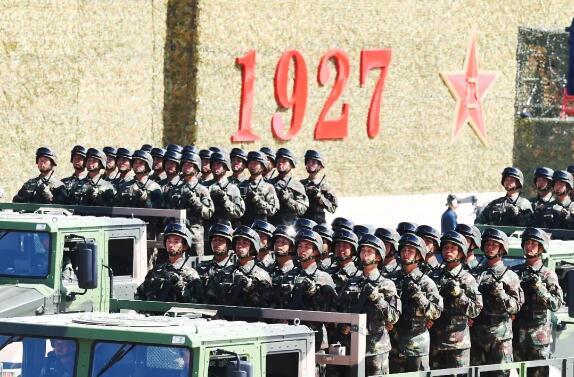 """祖国的军队   这是一支祖国的军队,   守卫着祖国的领土、   支援着祖国的建设、   保卫着祖国的安全。   西藏边境最危险的一段边防线上,   34岁的边防战士杨祥国,   47次与死神擦肩而过,   身上留下了21处伤疤。    30年,14名官兵牺牲在巡逻途中,   恶劣的自然环境中,   他们前赴后继用双脚丈量国土。   峡谷密林间,小小连队里,   每个人都熟记一句话:   """"决不把领土守小了,   决不把主权守丢了。"""""""