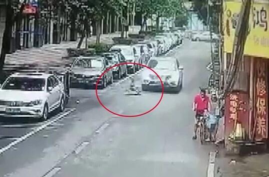 玩扭扭车遭碾死 南京4岁童命丧车轮让人心疼