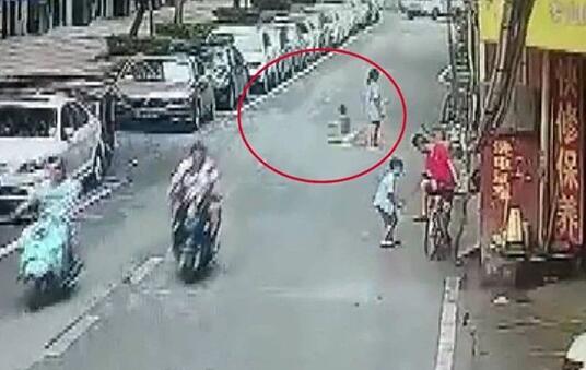 吓skr人!玩扭扭车遭碾死 南京4岁童命丧车轮让人心疼