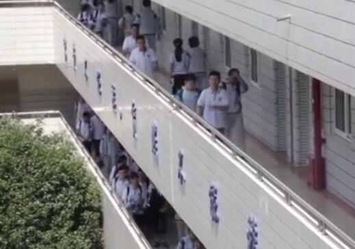 新闻中心 热点 >正文     (视频截图)   2018年高考成绩发布后,澎湃